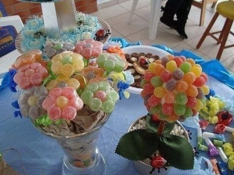 Вкусный и яркий букет цветов из конфет