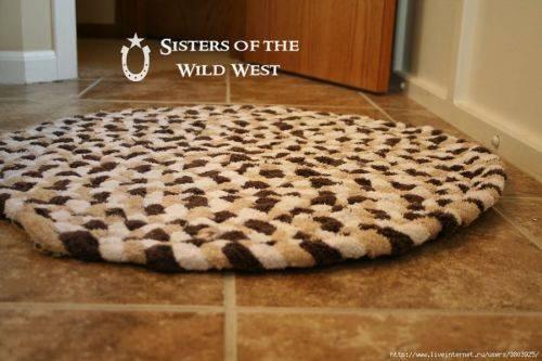 Оригинальный коврик для ванной комнаты из махровых полотенец. Это легко.