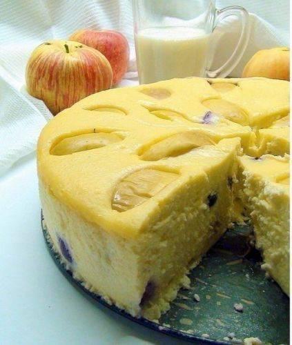 Творожная запеканка с яблоками и черносливом