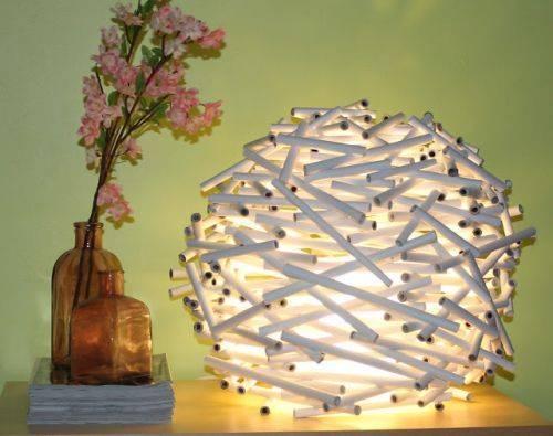 Стильный светильник из газетных трубочек