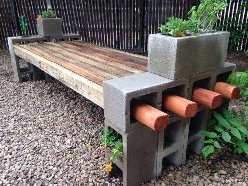 Из шлакоблоков можно построить не только дом, а и скамью и клумбу...