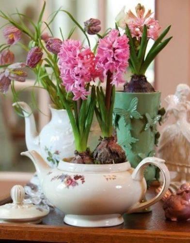 Горшки для цветов можно украсить по своему вкусу.