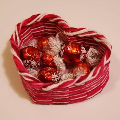 Оригинальная конфетная корзинка, как подарок на 14 февраля