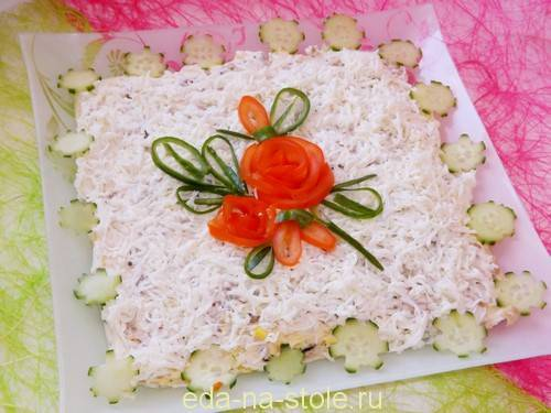 Праздничный куриный салат с черносливом и грецкими орехами