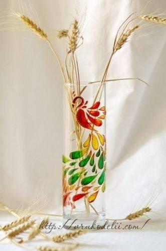 Яркая ваза витражными красками