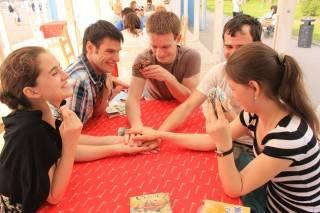 Интересные идеи: в какие игры можно поиграть с друзьями после застолья