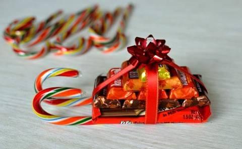 Как сделать новогодние сани из конфет