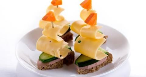 Вкусные закуски на шпажках: 2 быстрых и легких рецепта